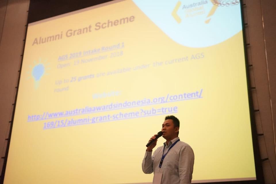 Isradi Alireja, Team Leader Advisory and Support Group - Partnership, memberikan kata penutupan sekaligus memberikan penjelasan singkat soal Alumni Grant Scheme bagi alumni program pendidikan Australia.
