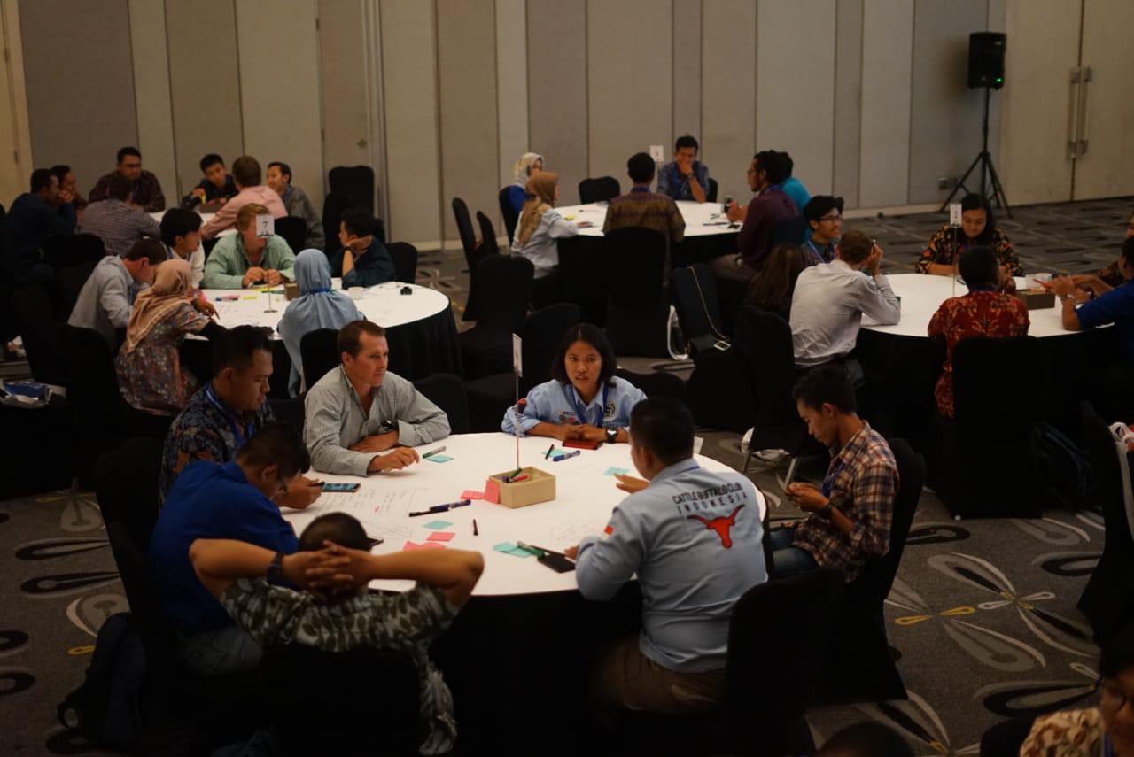 Para peserta workshop menerapkan design thinking dalam menciptakan sebuah ide yang bisa menjawab pertanyaan apa, siapa, dan bagaimana.